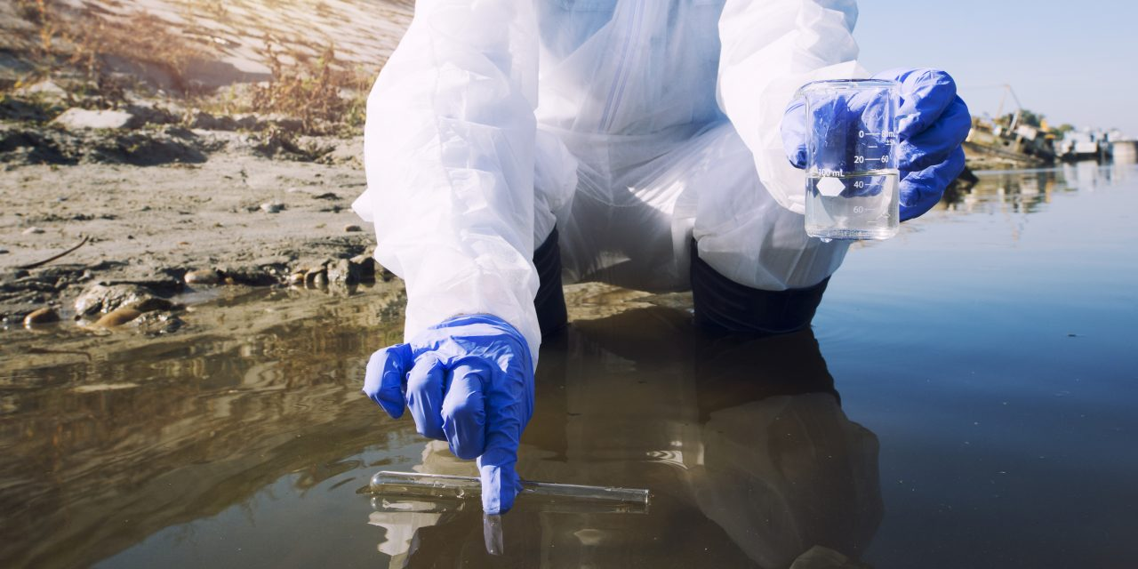 https://www.hidrolab.com/wp-content/uploads/2021/03/ecologist-taking-samples-of-water-with-test-tube-from-city-river-to-determine-level-of-contamination-and-pollution-1280x640.jpg